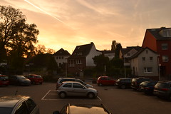 Sonnenuntergang am Dorfplatz Lengsdorf in Bonn im Herbst (135FJAKA_2147)