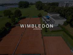 """""""Wimbledon London"""" Bildaufschrift, mit Tennisplätzen am Wasser im Hintergrund, aus der Luft fotografiert"""