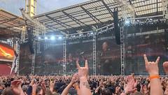 Metalfans beim Metallica-Konzert im RheinEnergie Stadion in Köln, zeigen die Mano Cornuta