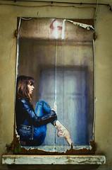 La fille sur le rebord de la fenêtre - Photo of Sarrians
