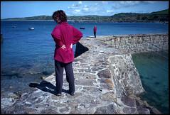 Promeneurs regardant la mer