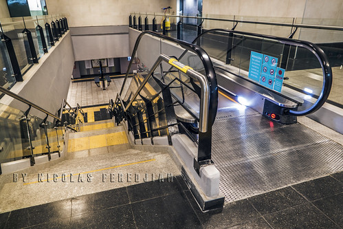Stairs, mechanical and pedestrian, connect lobby with central platform, Catalinas station. Line E
