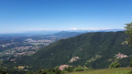 Passeggiata con vista sulle Alpi