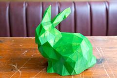 Holztisch mit einem grünen Kaninchen gedruckt von einem 3D Drucker
