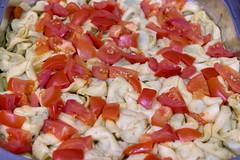 Spinattortellini mit Tomatenstücken in Käsesauce, im Wärmebehälter am Büfett