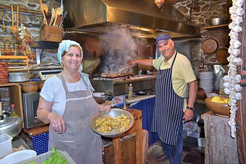 """Ταβέρνα """"ΚΟΤΤΑΝΗ"""" - Ο Τζεμήλ με τη σύζυγο του, χαμογελαστοί όπως πάντα, εν ώρα εργασίας στην κουζίνα"""