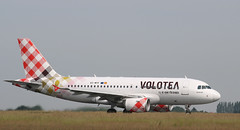 Airbus A319-111, Volotea, destination Ajaccio, EC-MTF - Photo of Pont-à-Marcq