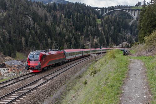 ÖBB 1216 016 en EC van München naar Italië. St. Jodok am Brenner