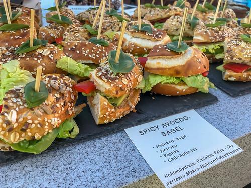 Spicy Avocadobagel mit Mehrkorn-Bagel, Chiliaufstrich, Paprika und Salat als Makro-Nährstoff-Kombination für eine gesunde Ernährung