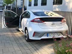 Das E-Auto Hyundai Ioniq electric von der Heckseite mit offener Fahrertür fotografiert
