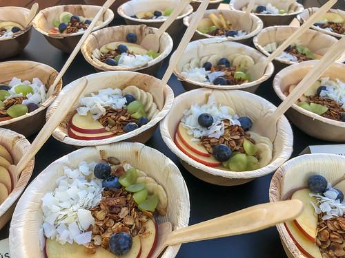 Chia-Pudding, Mandelmilch, verschiedenem Obst, Kokosflocken und hausgemachter Granola, mit Omega 3 & 6, für gesunde Zellen und Synapsen