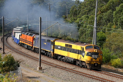 GM27 + 44204 & CLF1 SSRS CARRINGTON TO PORT BOTANY NEAR FASSIFERN 5th Aug 2009.