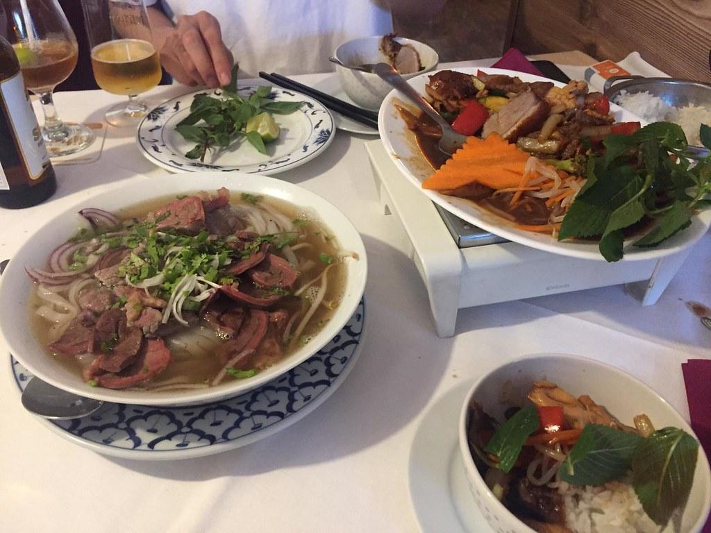 Pho und Gebratenes verschiedene Fleischsorten mit Ente bei Saigon Restaurant