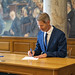 Ceremoni: Nyvalgte underskriver grundloven