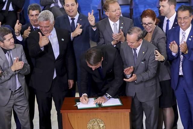Bolsonaro revoga decretos de armas rejeitados pelo Senado, mas edita dois novos