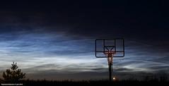 Lichtende nachtwolken en basket