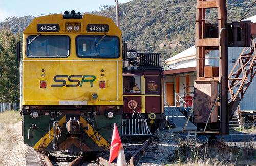 442s5 at Lithgow, with LVR's CPH12 in the adjacent road.