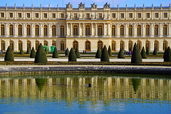 Amazing Versailles Palace reflecting in the pond, Paris - Photo of Magny-les-Hameaux