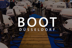 """Mehrere Alpa Selva Bootsmotoren auf einem Stegnachbau und Messebesucher im Hintergrund, mit dem Bildtitel """"Boot Düsseldorf"""""""