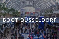 """Besucher in der Messehalle für Wassersport, mit dem Bildtitel """"Boot Düsseldorf"""""""