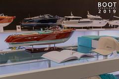 """Luxusyachten als Miniaturboote, neben dem Bildtitel """"Boot Düsseldorf 2019"""""""