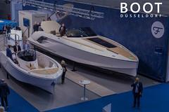"""Präsentation von teueren Yachten für Bootsmesse-Besucher, neben dem Bildtitel """"Boot Düsseldorf"""""""