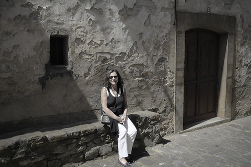 En la puerta nº 3. ANSÓ. ARAGÓN. SPAIN.