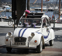 La mariée arrive dans… sa 2CV! :) - Photo of Bandol