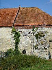 Château d'Esnes  vestiges du chemin de ronde - Photo of Bertry