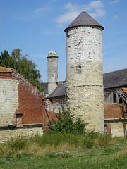 Château d'Esnes  la tour étroite dont la base, date du XIIe (2)