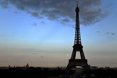 Moon rising (Eiffel Tower from Place du Trocadero)  -  (Selected by GETTY IMAGES) - Photo of Châtillon
