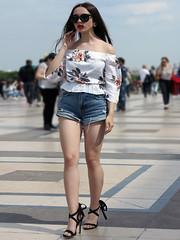 Girl doing the catwalk like a model - Photo of Vanves