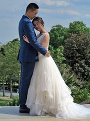 Chinese bride and groom in a romantic pose - Photo of Vanves