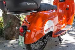 Miet-Elektroroller mit Gepäckkorb für die Umweltschutz auf einer Straße von München