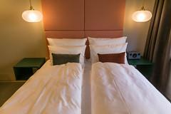 Doppelbettzimmer mit bunten Kissen im Hotelzimmer des Jams Music & Design Hotel in München, Bayern