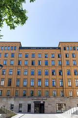 Eingang des bayrischen Landtags in München, vor blauem Himmel