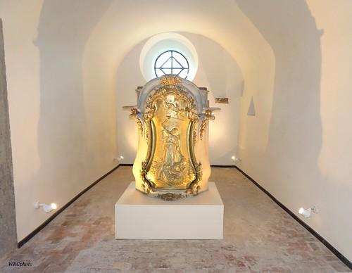 Ancien autel dans une crypte de la collégiale de Lobbes. Belgique.