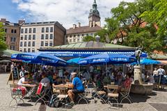 Menschen genießen den Sommer in der Stadt, im Landser Brauhaus - Biergarten