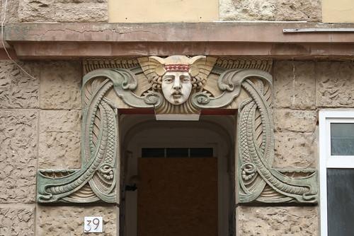 Bitterfeld-Wolfen: Fassade am Eingang des Wohn- und Geschäftshauses Burgstraße 39