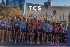 Marathonläufer und Läuferinnen an der Startlinie für die 5K Strecke beim TCS New York City Marathon