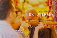 Volksfest-Besucher an der Schießbude auf dem Oktoberfest