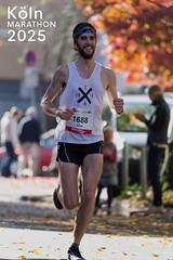 """Fröhlicher Marathonläufer im herbstlichen Sonnenschein, neben dem Bildtitel """"Köln Marathon 2025"""""""