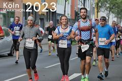 Läufer im Trachtenkostüm neben dem Bildtitel Köln Marathon 2023
