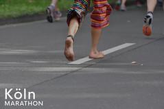 Barfußläufer auf dem Asphalt beim Köln Marathon