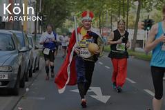 Verkleideter König und Jogger im Asterix-Kostüm beim Köln Marathon