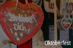 """""""Ich liebe dich"""" - Lebkuchenherz an einem Verkaufsstand, neben dem Bildtitel Oktoberfest"""