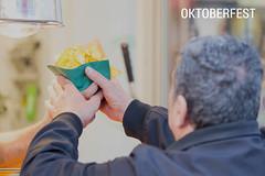 Oktoberfest-Besucher kauft frische Kartoffelchips