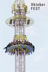 Oktoberfest - Besucher beim freien Fall im Sky Fall Tower