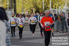 Sportgruppe beim Walking während des Mainova Frankfurt Marathon
