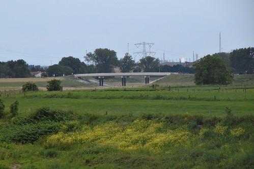 De brug die Visserweert met de buitenwereld verbindt bij hoog water.